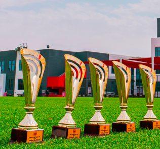 عملاق الرجبي دوبي يتحدث الانجليزية كلية DESC في دبي Clean Sweep 2020 - صورة من الجوائز في أرض DESC