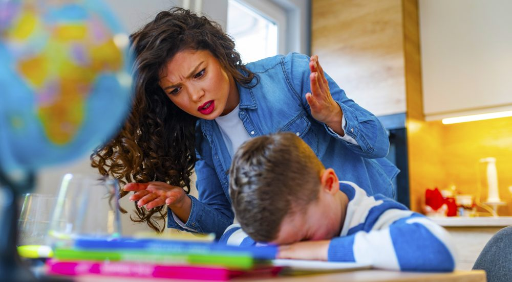 Hausaufgaben in Schulen in Dubai und Abu Dhabi, VAE, schaden dem Leben vieler Familien und der Entwicklung von Kindern. Wir fragen, ob Zuhause Zuhause bedeuten soll oder ob es sich lediglich um eine Erweiterung der Schule handelt, da der Druck auf die Ergebnisse und die Ranglisten der Schulen zunimmt.