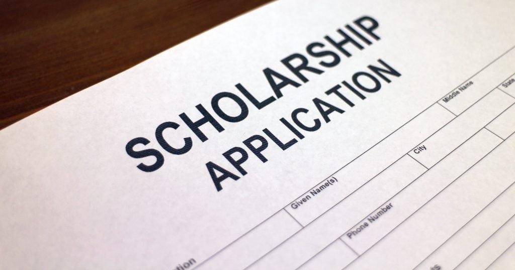 Ang Scholarship at bursaries ay maaaring makabuluhang bawasan ang mga bayarin sa paaralan at ang gastos ng edukasyon sa UAE