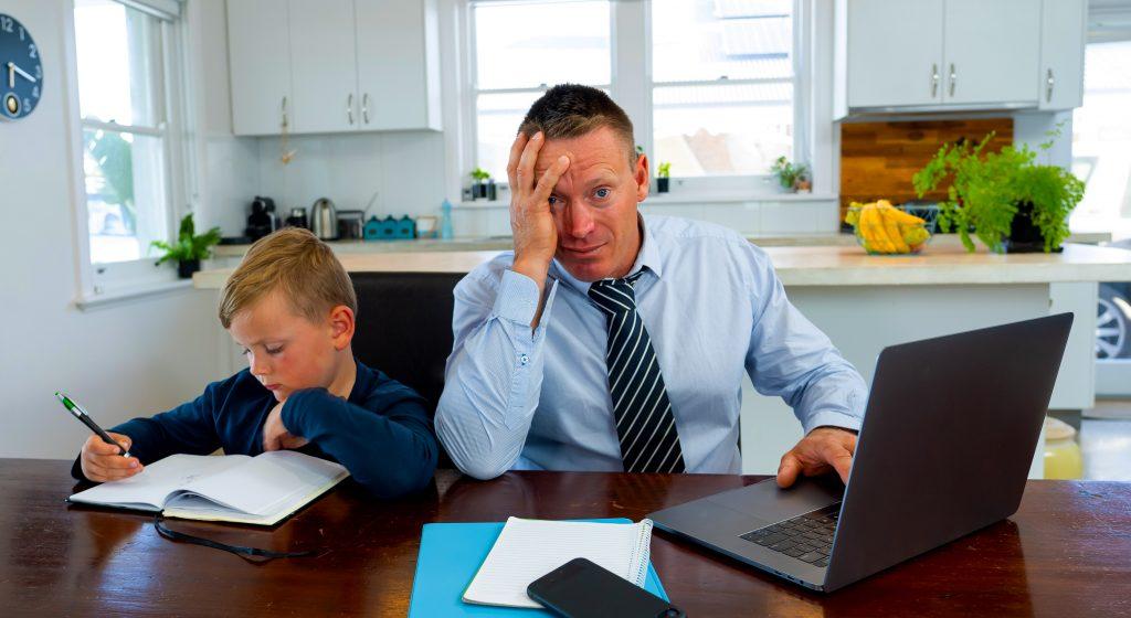 التعلم عن بعد لديه ضغوط. الجودة على الكمية. العائلة أولا.