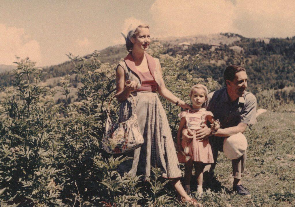 اكتب تحديًا جديدًا في الفصل 9 يعرض صورة عائلية قديمة للأم والأب