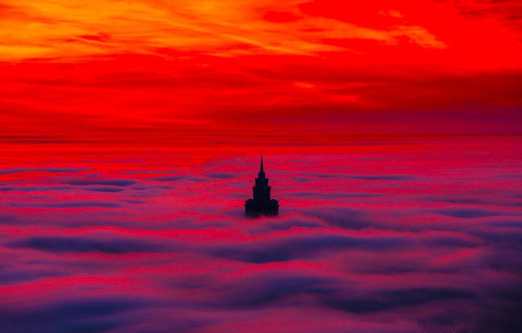 الفصل 25 اكتب تحديًا جديدًا يظهر فيه قلعة ناشئة عن غيوم منخفضة تحلق وهي تصطدم بالأفق وتتراجع للخلف عبر الأرض.