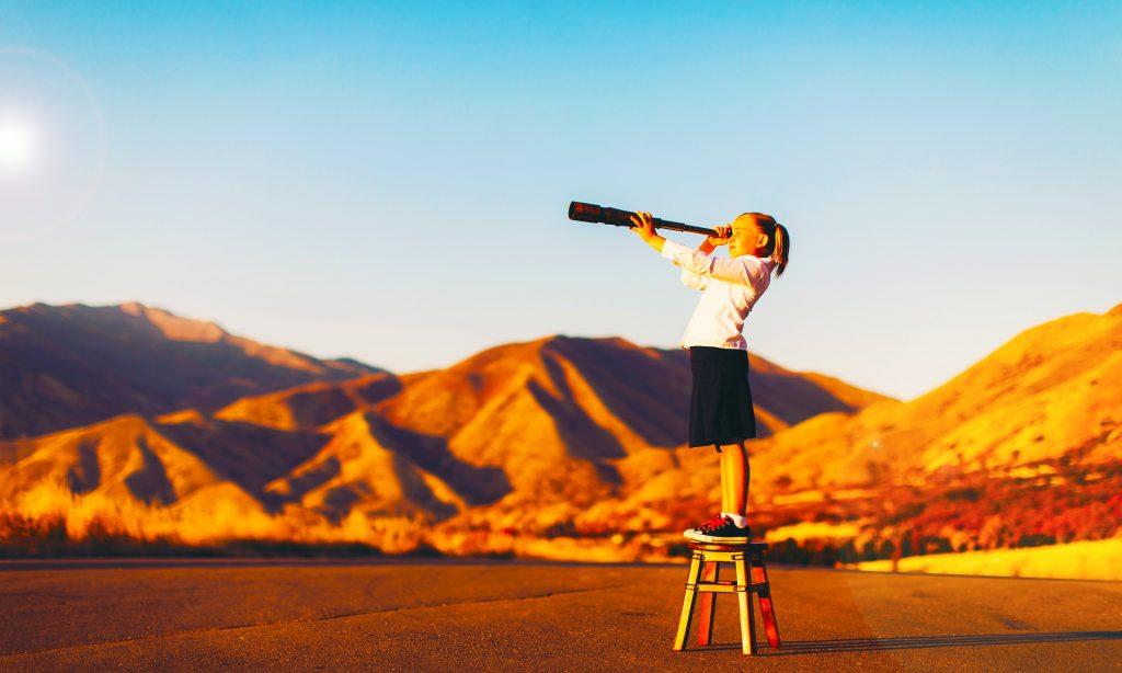 Der Leitfaden zur Auswahl der besten Schule zeigt ein junges Mädchen mit Blick auf die Wüste, inspiriert von der Welt um sie herum