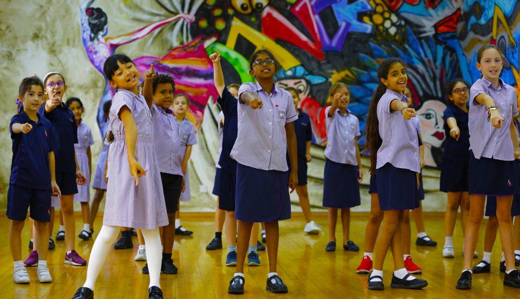 الاستثمار في الفنون الأدائية في مدرسة الصفا البريطانية نحن استثنائيون. هنا يظهر الأطفال وهم يؤدون الغناء والرقص.