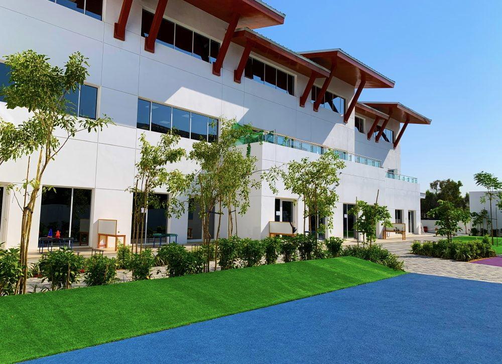 المباني الرئيسية في مدرسة الصفا البريطانية في دبي. من الناحية المعمارية والموضوعية ، نصنف هذه أجمل مدرسة في دبي.