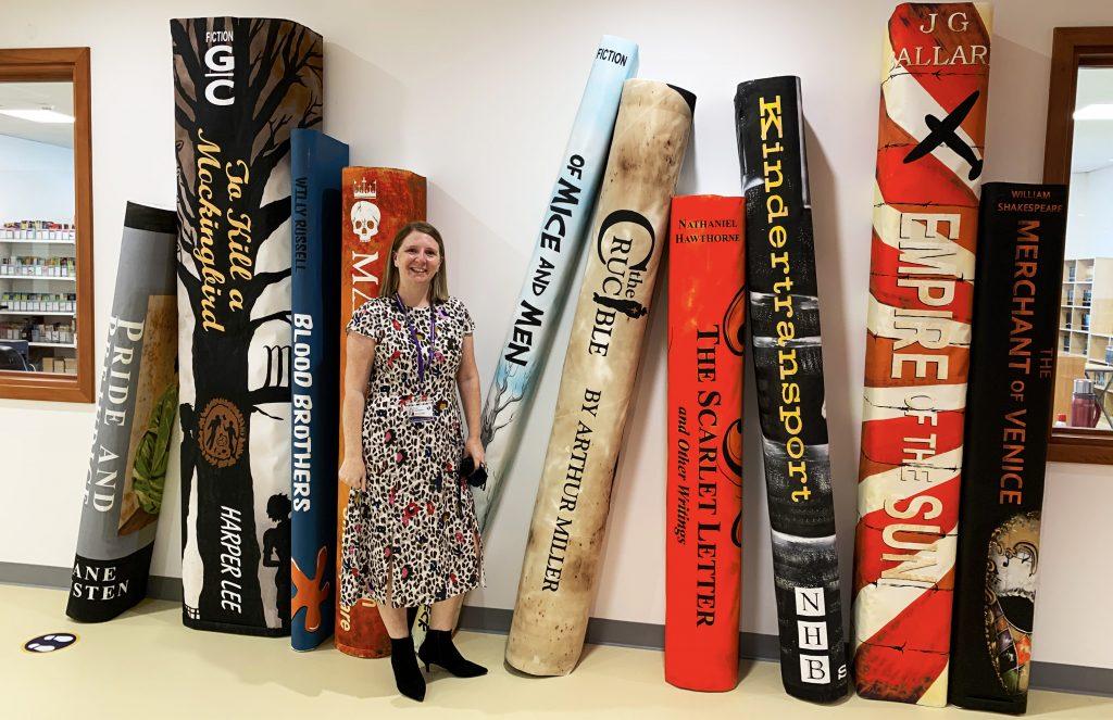 يوفر جدار من الكتب العملاقة خلفية لهذه الصورة لزارا هارينجتون ، مديرة مدرسة الصفا البريطانية في دبي. لا يمكن المبالغة في تأثيرها على توفير بيئة متميزة لتعلم الطفل.