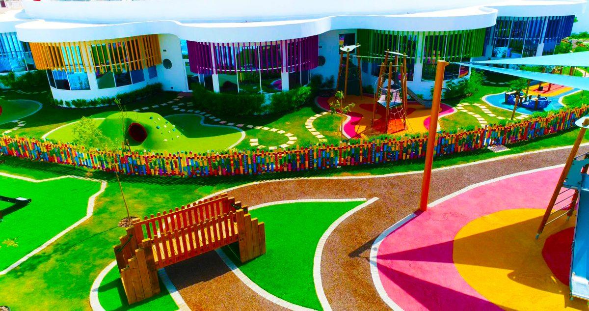 صورة لأكاديمية دبي هايتس في دبي ، وهي مدرسة مناهج بريطانية من المستوى 1 صممها المعماريون ladmark Seven Tides International.