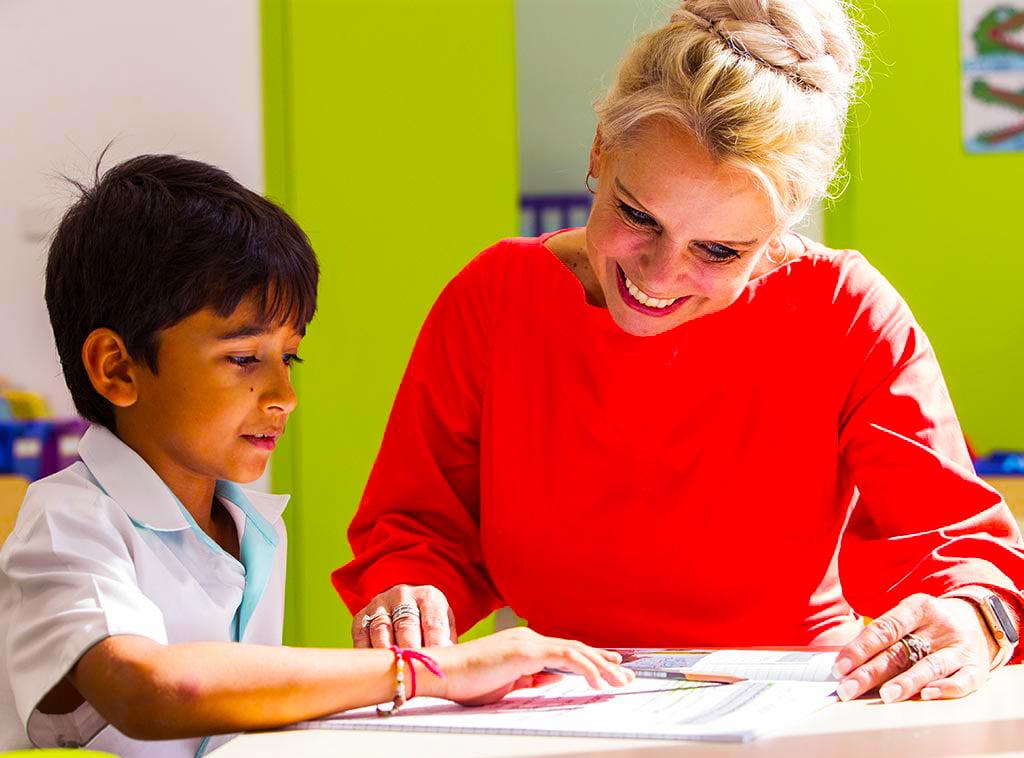 صورة لمديرة المدرسة ، أليسون لامب ، من أكاديمية دبي هايتس اعتبارًا من سبتمبر 2020