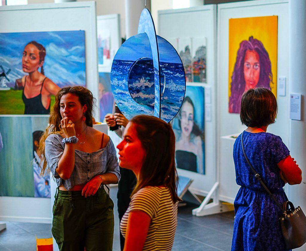 Kunstvitrine für Eltern und Besucher des Dubai College zur Feier der Arbeit von Studenten der Fine Art Faculty
