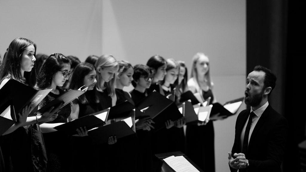 Foto von Studenten, die im Dubai College Choir auftreten