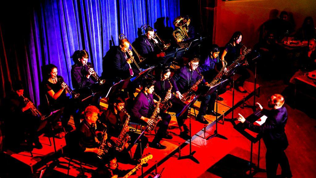 Trompete, Saxophon, Waldhorn und Gitarristen treten 2020 im Dubai College Orchester auf