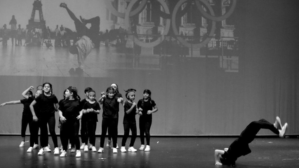 Foto von Grundschulkindern an der GEMS Wellington Academy DSO in Dubai auf der Bühne