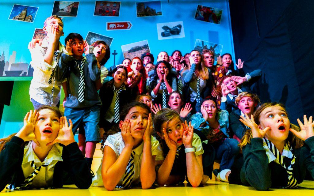 Schauspielstudenten am Dubai College üben Mimik als Teil des Aufbaus einer großen Theaterproduktion an der Schule