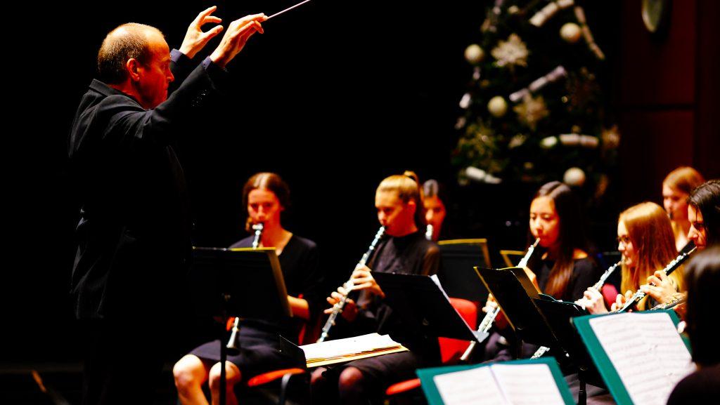 Foto der Orchesterkonzertaufführung von Weihnachten 2020 am Dubai College mit Studenten, die im Windbereich auftreten