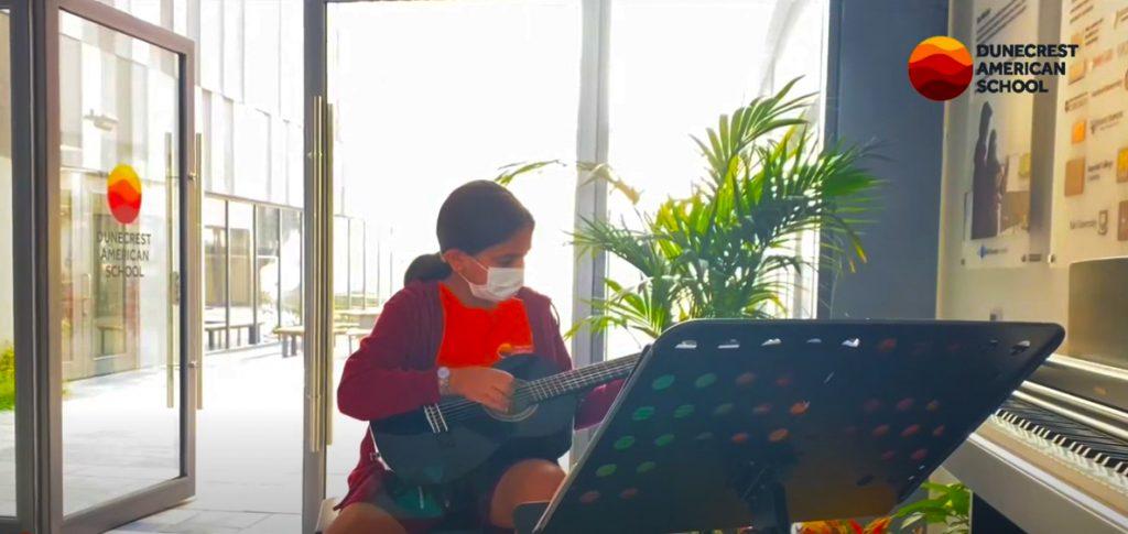 Das musikalische Talent der Dunecrest American School in Dubai wird in diesem Live-Strom von Freude und Leistung für Kinder lebendig