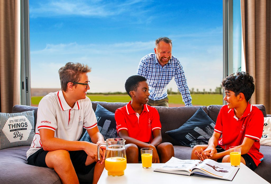 Fotografieren Sie, ob Schüler und Internatsmeister an der Swoss International School in Dubai - einer von nur 2 Internaten in den gesamten VAE
