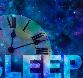قضايا النوم والأرق للأطفال وتأثيرها على الحياة المدرسية. فهم المشكلة والحلول للوالدين.