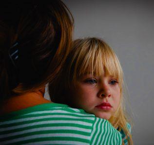 دليل لإدارة الحزن والفقدان أثناء Covid 19 للآباء والأطفال.
